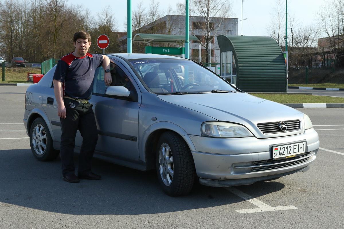 Владелец автомобиля Opel Astra 2001 года выпуска Денис Чичин.  Фото: Александр ЧЕРНЫЙ