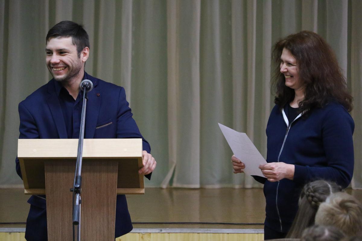 Кирилл отвечает на вопросы из зала. Некоторые вопросы детей вызывали улыбку.
