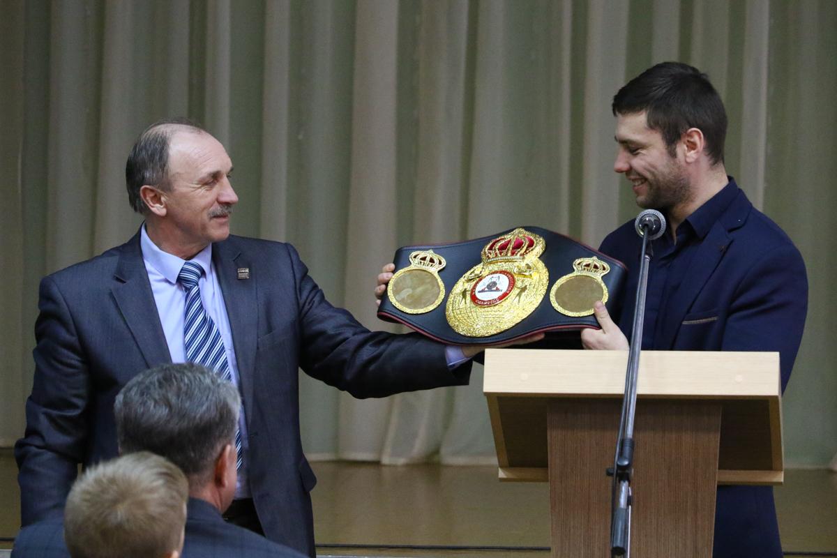 Кирилл и его первый тренер Анатолий Хвойницкий демонстрируют чемпионский пояс.