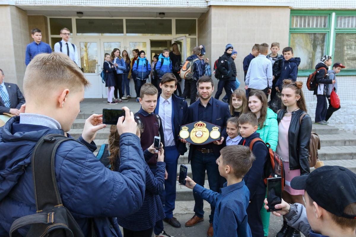 Все школьники хотели сфотографироваться с Кириллом.