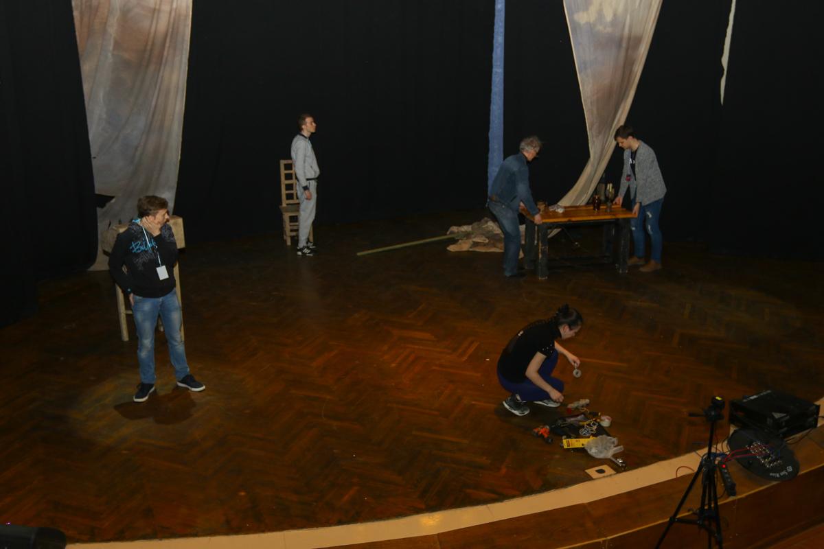 Театр Сатиры ОГУ им. И.С. Тургенева готовит реквизит к своему спектаклю «Скряга из Саардама».