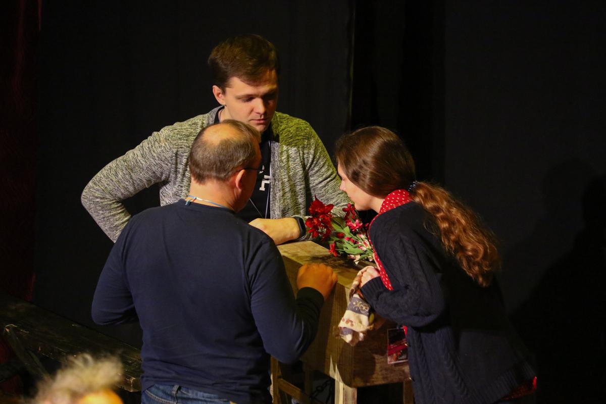 Актеры Театра Сатиры ОГУ им. И.С. Тургенева обсуждают сценарий.