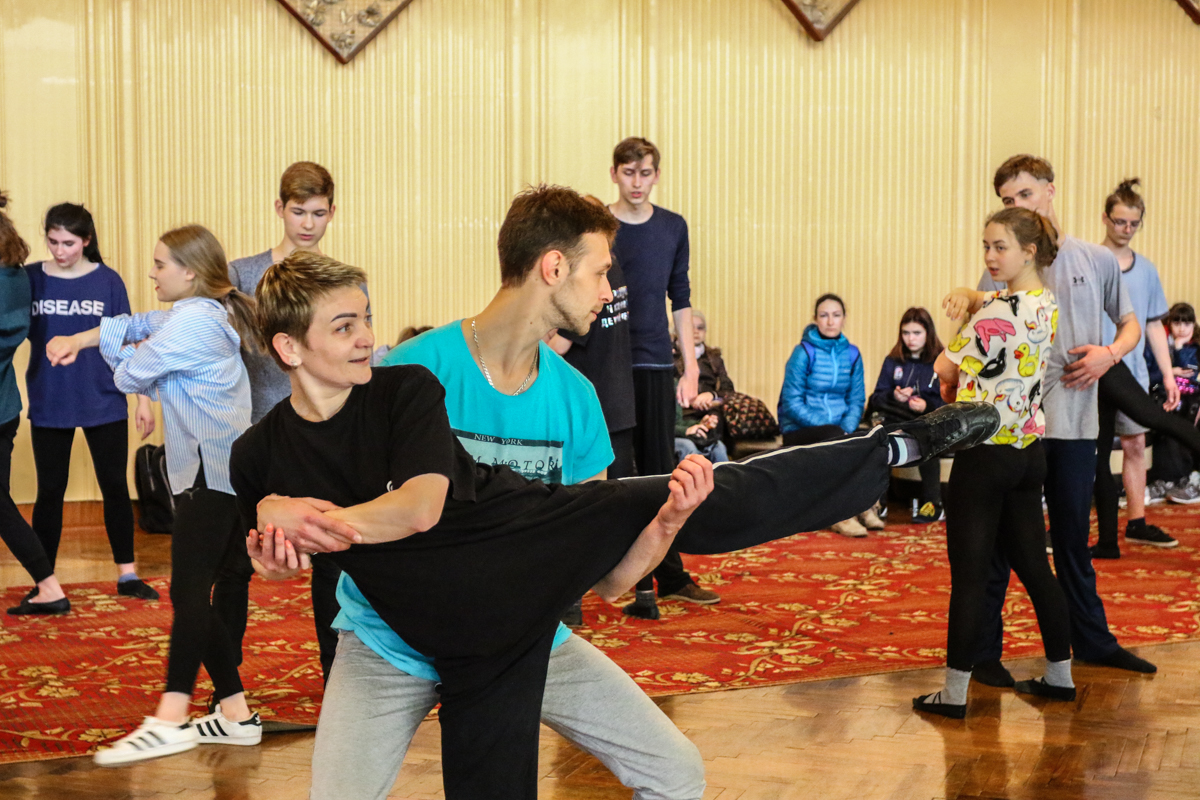 Ольга Скоморох показывает актерам различные поддержки.