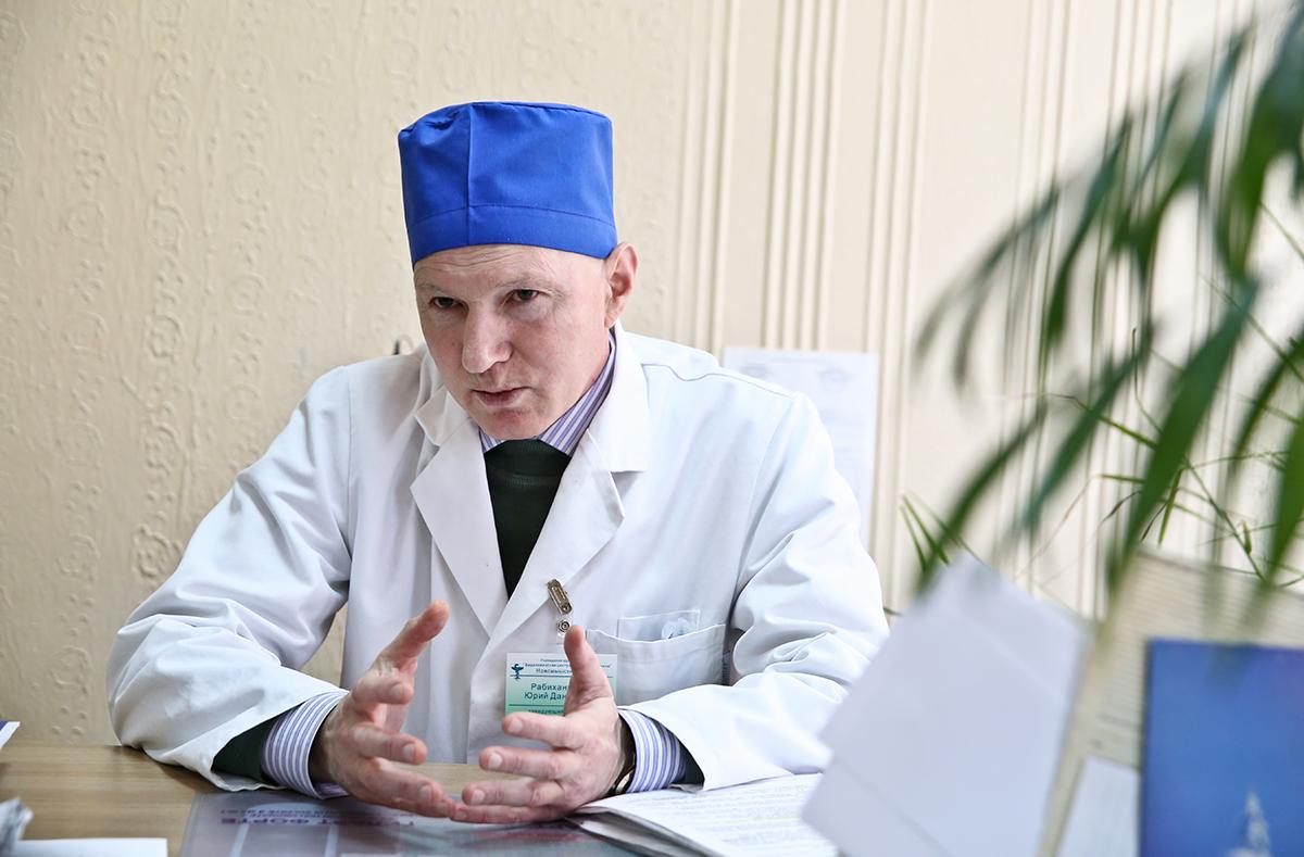 Заведующий хосписом Юрий Рабиханукаев признается, что до сих пор не может привыкнуть к тому, что больных невозможно вылечить. Фото: Евгений ТИХАНОВИЧ