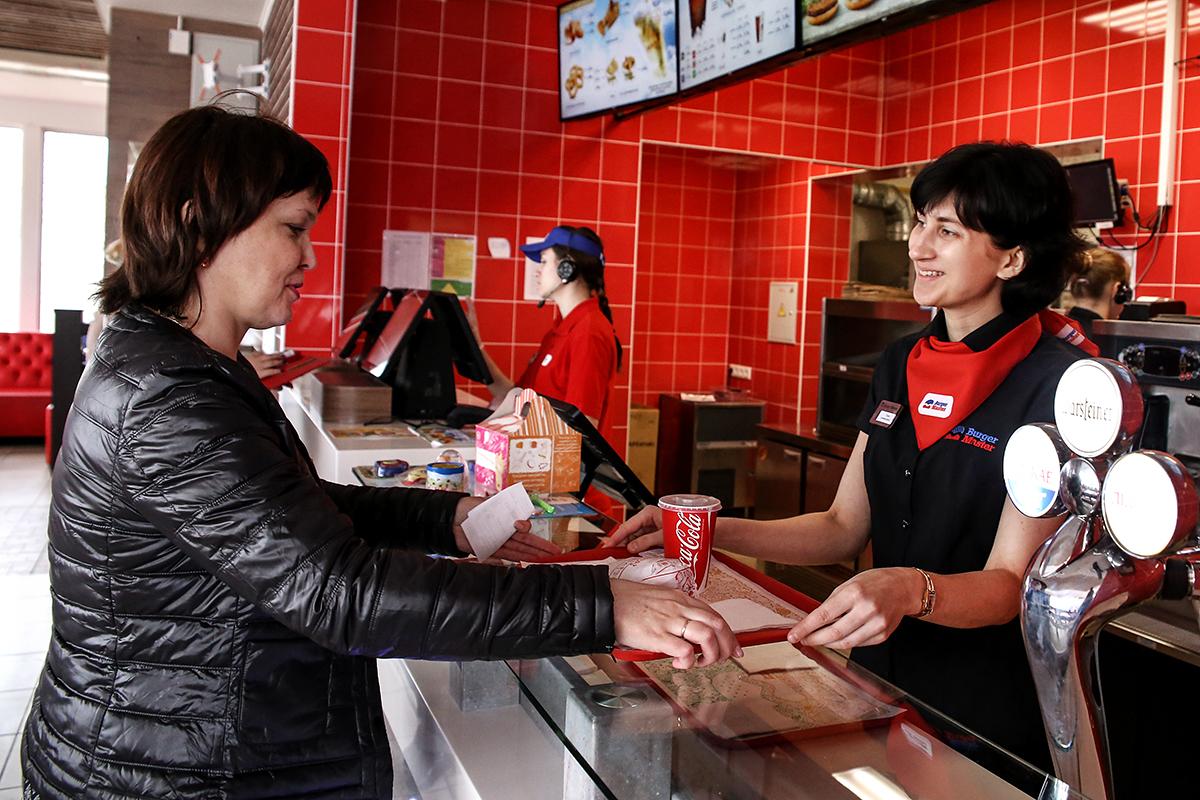 Обслуживание каждого клиента занимает до 5 минут.