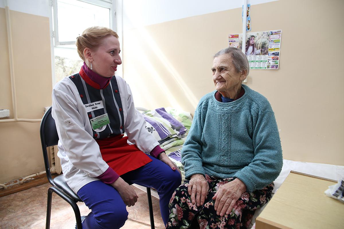 Психолог хосписа Инна Ефимова(слева) с пациенткой Клавдией Могильской. Фото: Евгений ТИХАНОВИЧ