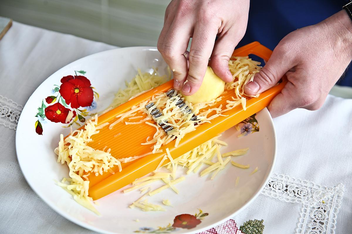 На терке для корейской моркови натираем сырой картофель. Фото: Евгений ТИХАНОВИЧ