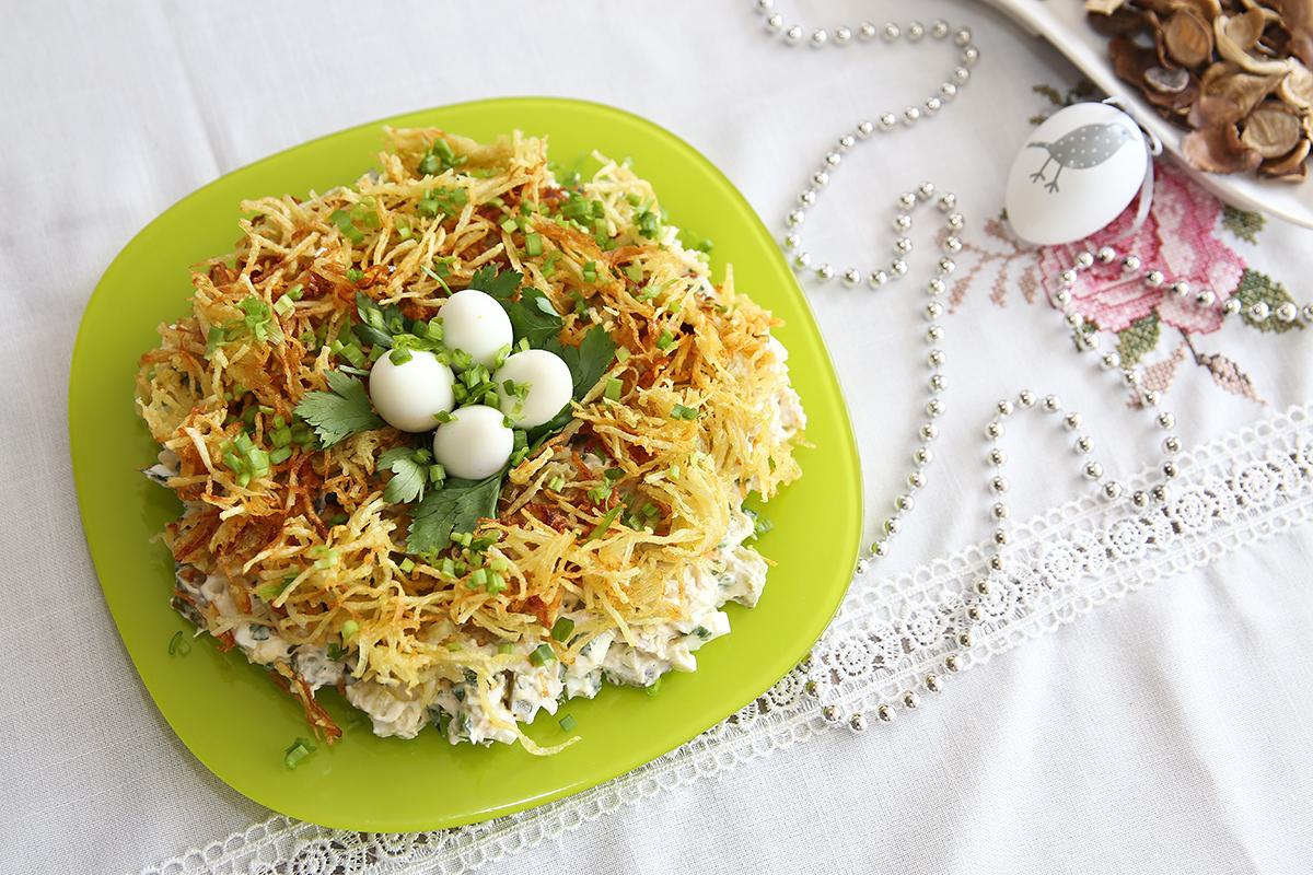 Приготовленный салат перекладываем на блюдо в виде гнезда, сверху раскладывая обжаренный картофель, оставляя в середине небольшое углубление. Листьями петрушки устилаем углубление, сверху кладем отварные перепелиные яйца. Фото: Евгений ТИХАНОВИЧ
