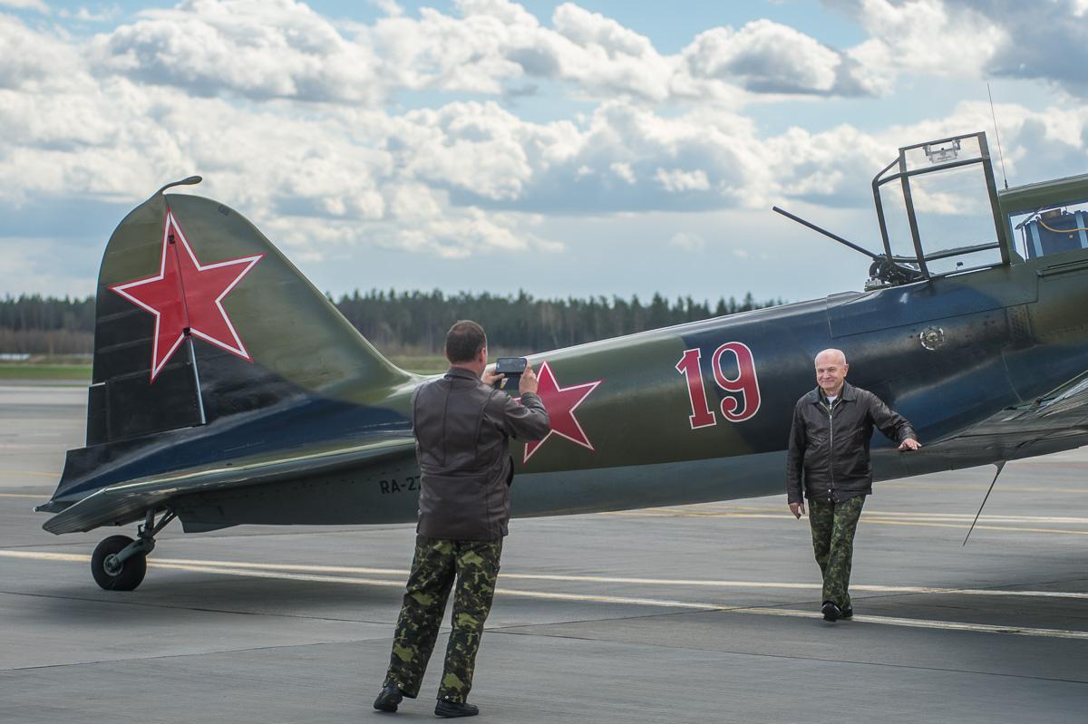 Летчик Николай Мочанский фотографируется на фоне самолета