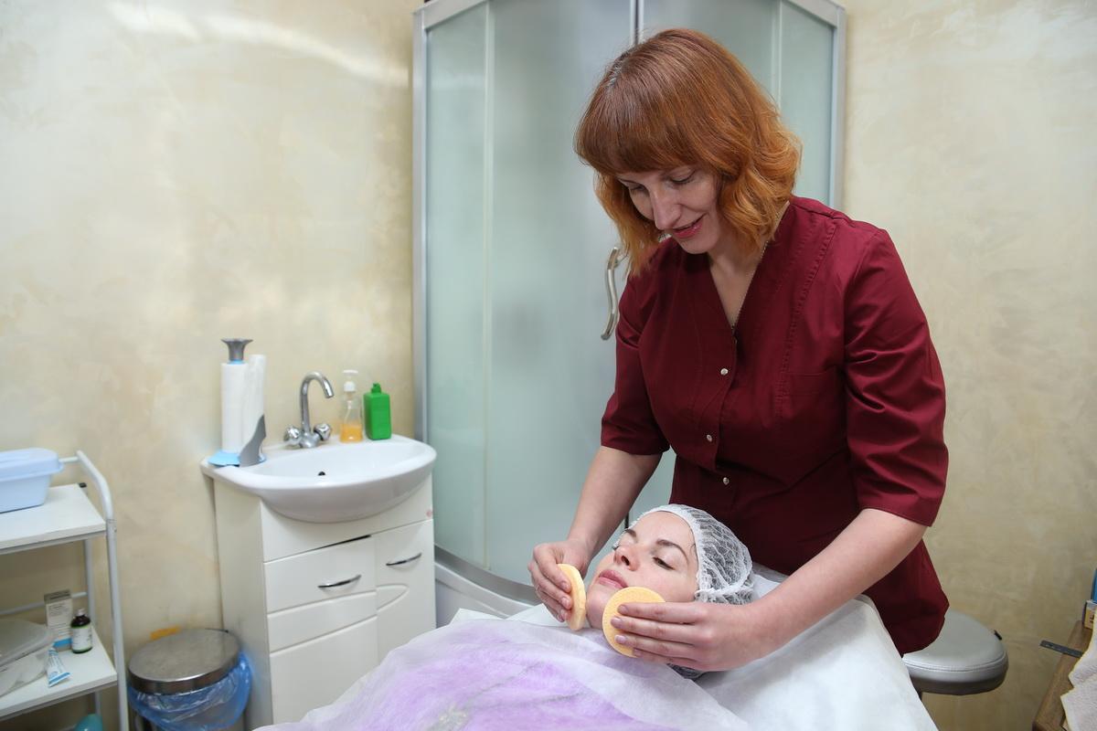 Оксана Лукьянович проводит процедуру очищения кожи лица. Фото: Евгений ТИХАНОВИЧ