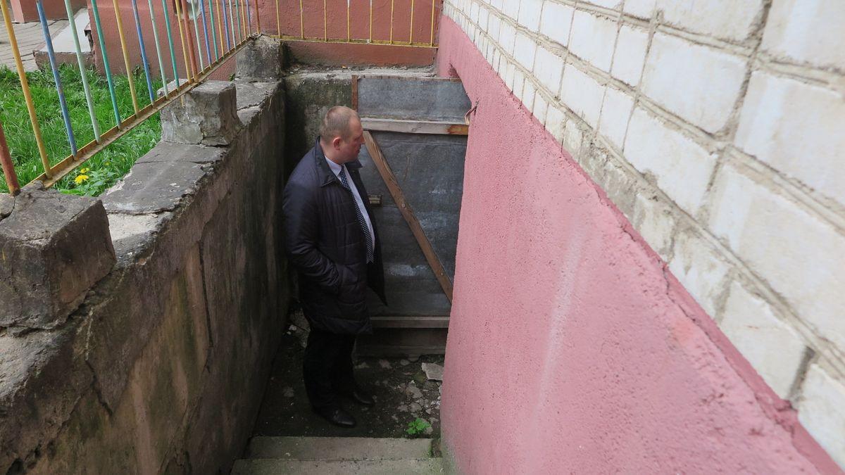 Геннадий Акстилович около подвала дома на улице Комсомольской.