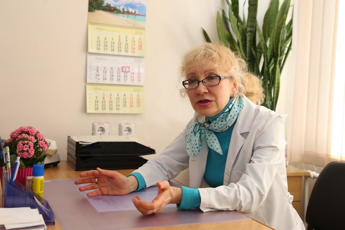 Тамара Зеневич работает неврологом более 30 лет. Она говорит, что люди мало знают о болезни Паркинсона  и из-за этого поздно обращаются к врачам.  Фото: Евгений  ТИХАНОВИЧ