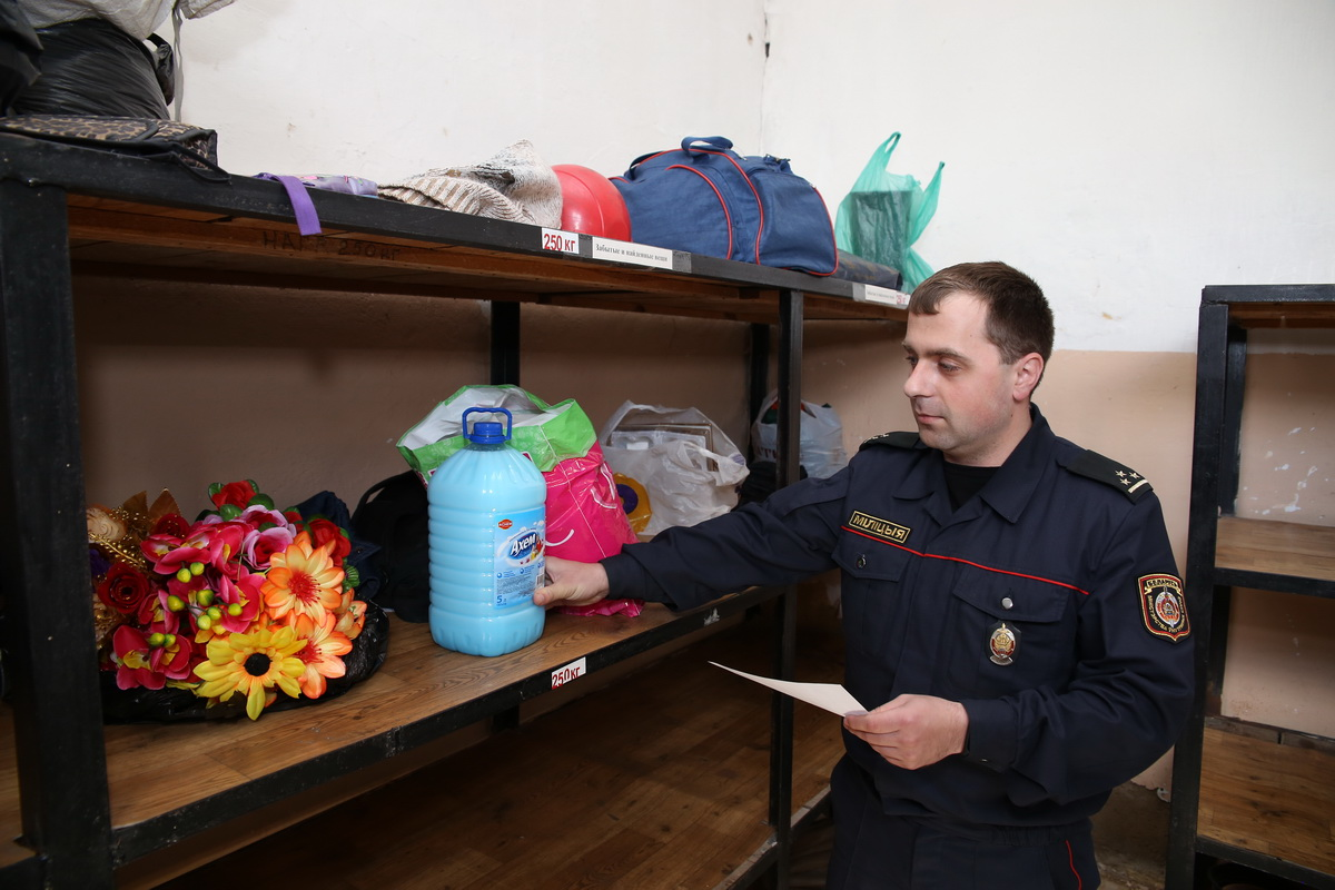 В камере забытых и найденных вещей на вокзале «Барановичи-Полесские» находится  60 предметов. Среди них букет искусственных цветов, ополаскиватель для белья и косметичка.  Фото:Еевгений  ТИХАНОВИЧ