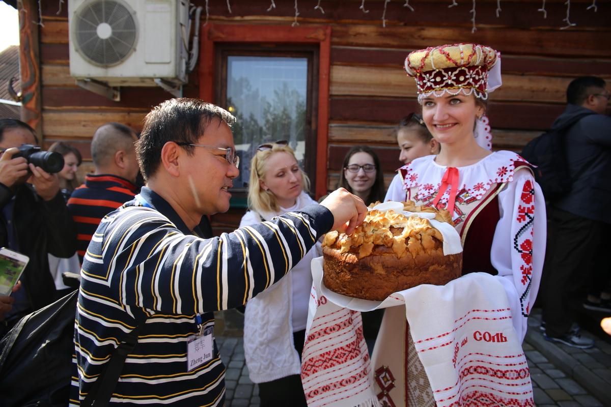 Хлеб-соль для делегации из Китая. Фото: Татьяна МАЛЕЖ
