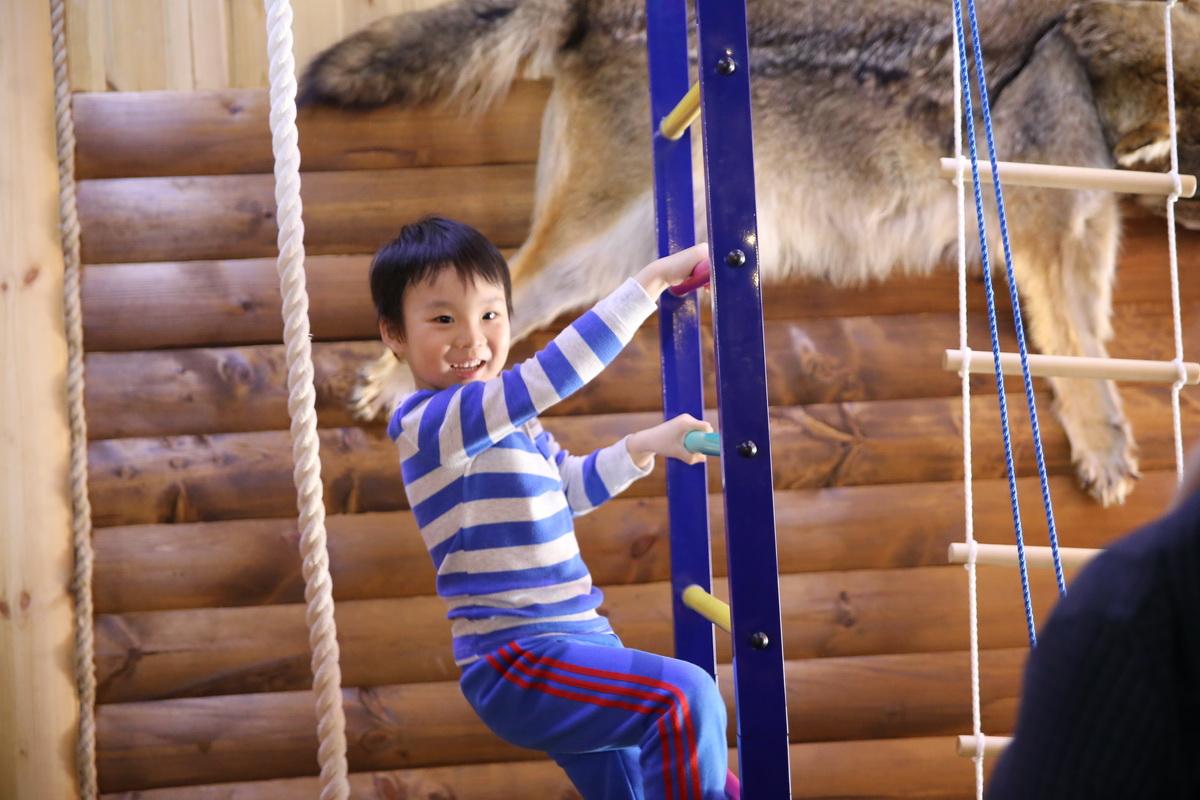 В агроусадьбе нашлось развлечение и для младших представителей делегации из Китая. Фото: Татьяна МАЛЕЖ