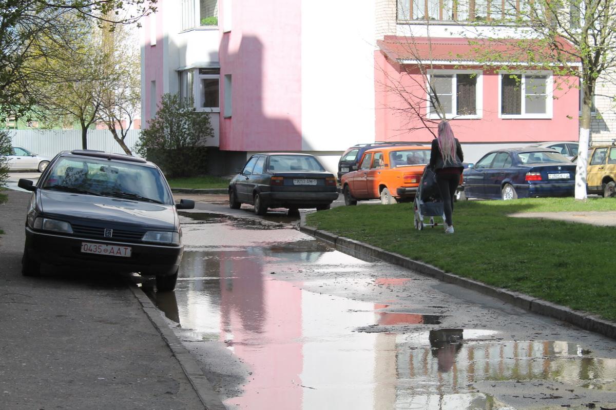 Двор домов №№ 2, 3 на улице Парковой залит водой. Фото: Татьяна МАЛЕЖ