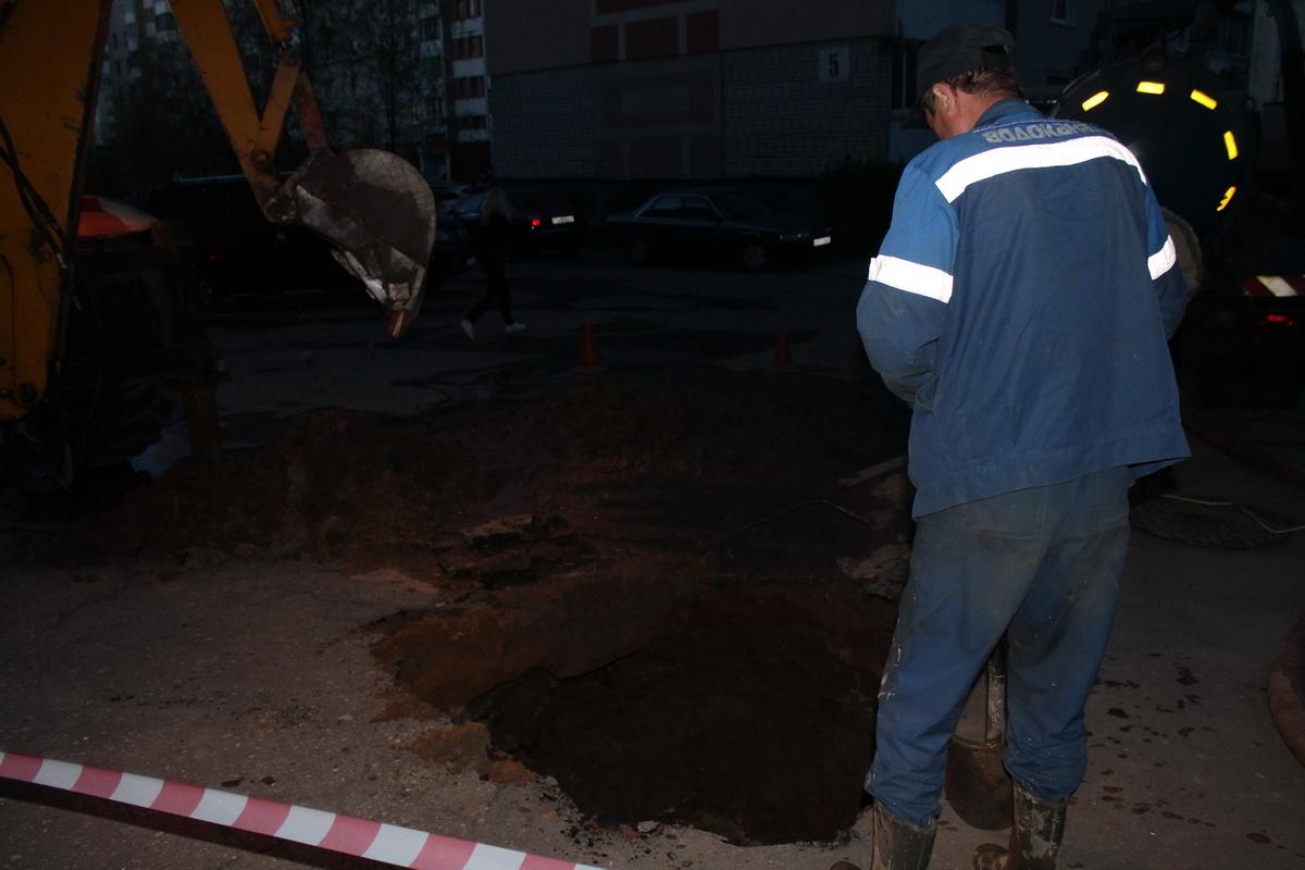 Рабочие Водоканала устраняют прорыв водопроводной трубы. Фото: Татьяна МАЛЕЖ
