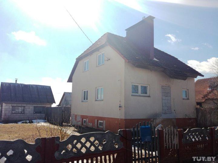 Дом семья Василевских получила в 1999 году, когда Дмитрий работал в сельисполкоме. Такие же дома по соседству получили еще три семьи. Глава семьи так и не закончил в нем ремонт. Фото: TUT.by