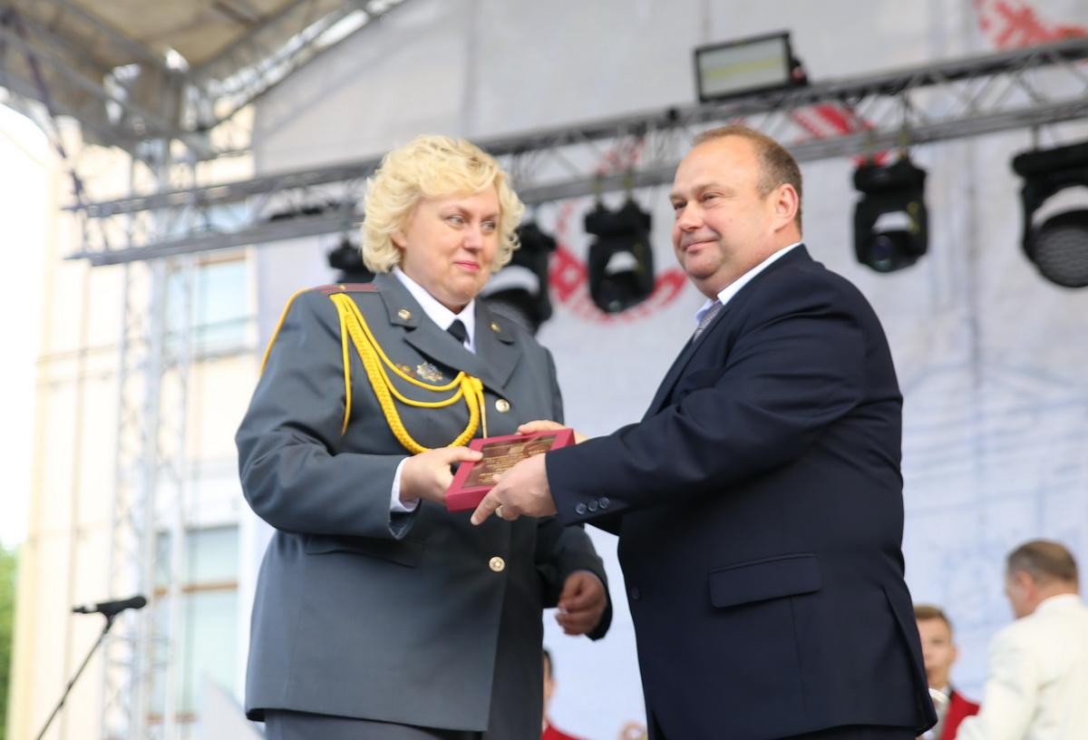 Юрий Громаковский вручает награду Инессе Гетман. Фото: Татьяна МАЛЕЖ
