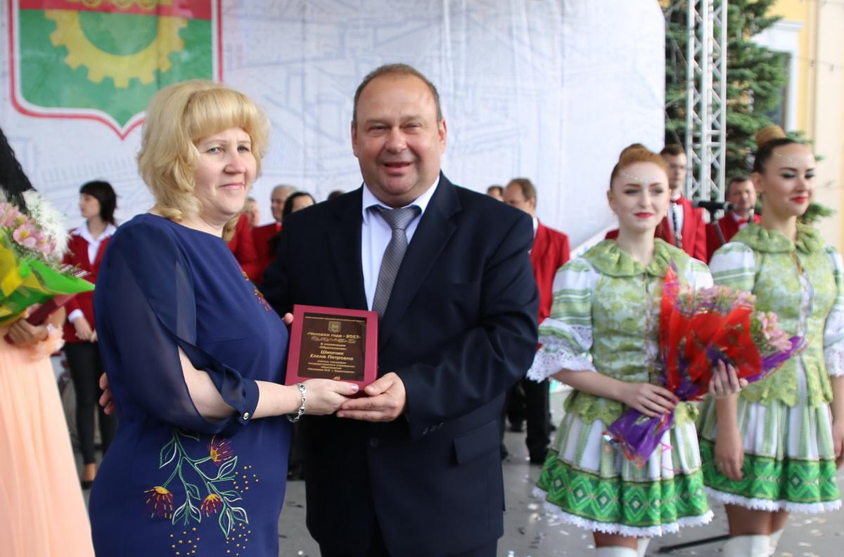 Юрий Громаковский вручает награду Елене Шимчик. Фото: Татьяна МАЛЕЖ