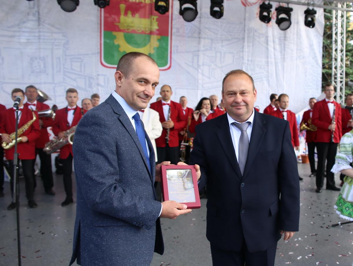 Юрий Громаковский вручает награду Артуру Козлову. Фото: Татьяна МАЛЕЖ