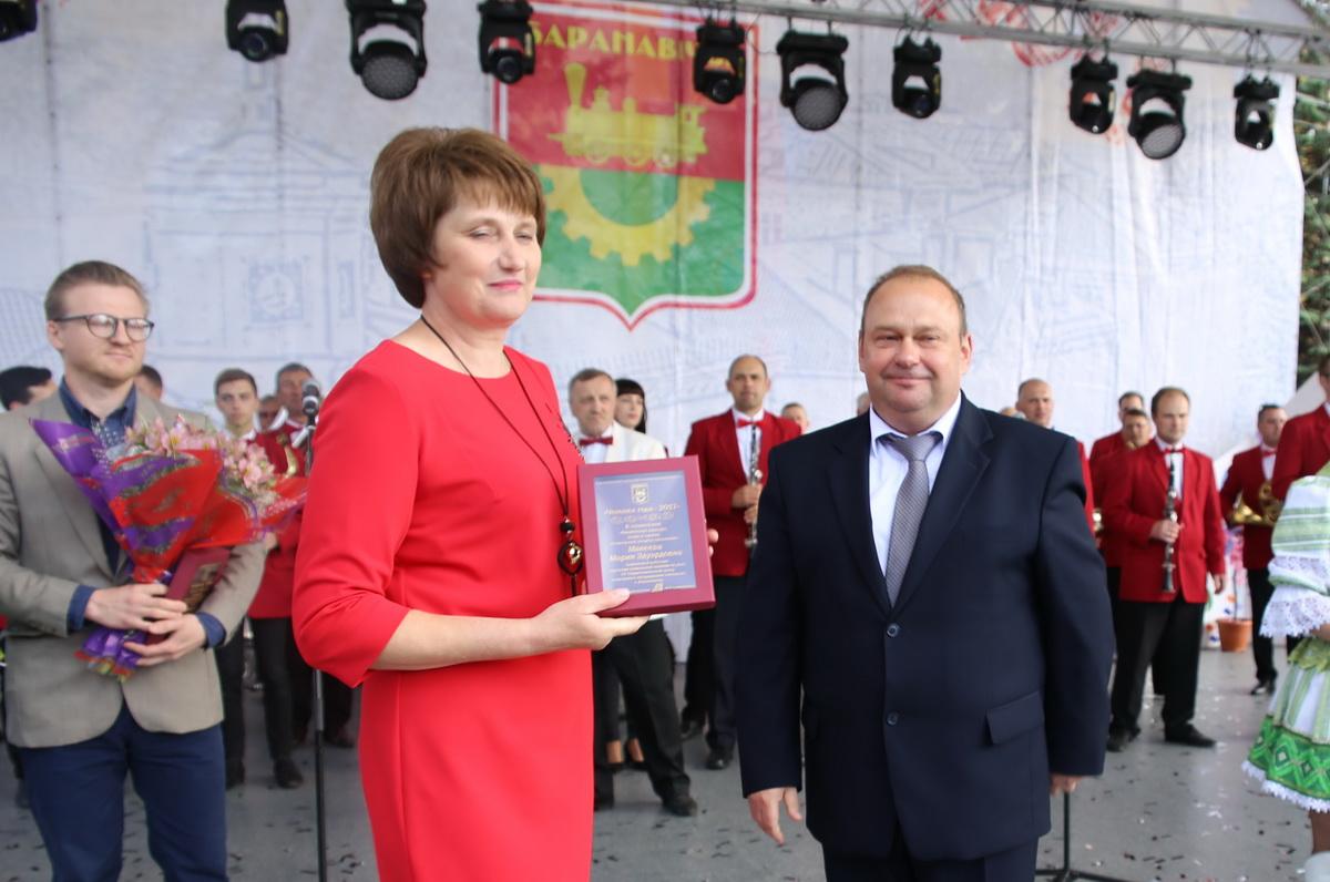 Юрий Громаковский вручает награду Марии Макеевой. Фото: Татьяна МАЛЕЖ
