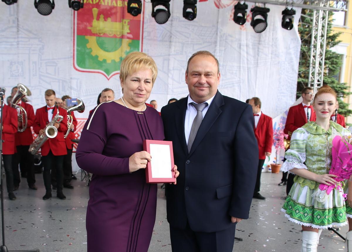 Юрий Громаковский вручает награду Галине Навроцкой. Фото: Татьяна МАЛЕЖ