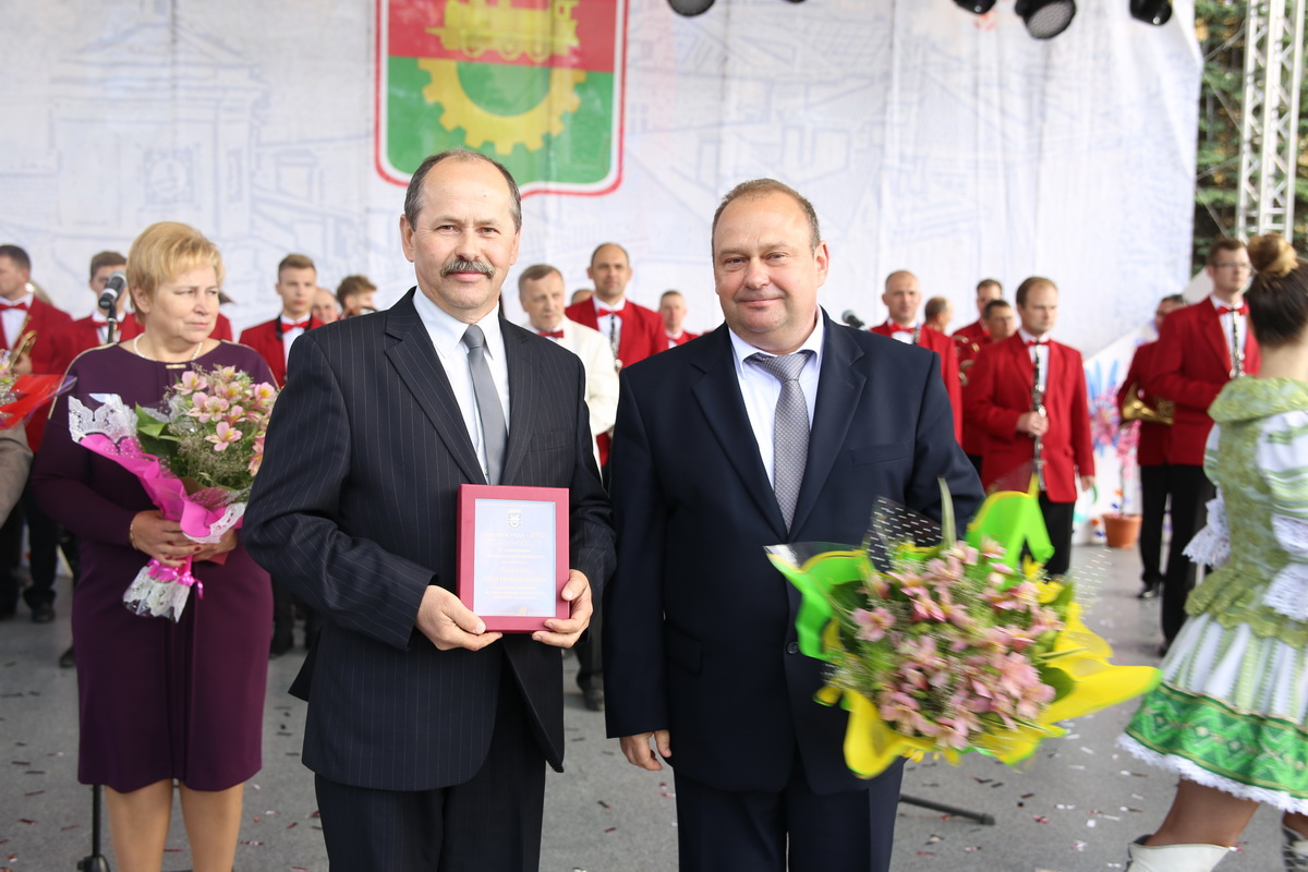 Юрий Громаковский вручает награду Петру Олешко. Фото: Татьяна МАЛЕЖ