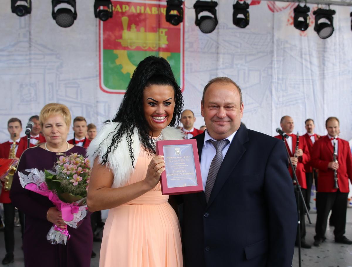 Юрий Громаковский вручает награду Екатерине Станкевич. Фото: Татьяна МАЛЕЖ