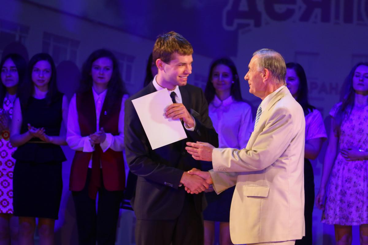 Василий Кочурко вручает «Благодарность» выпускникам. Фото: Александр ЧЕРНЫЙ