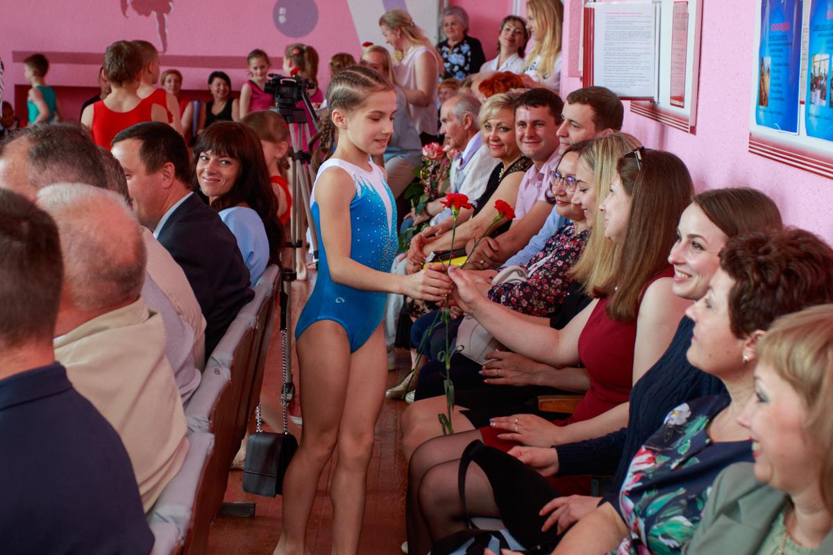 Ученики школы поздравляют преподавателей. Фото: Александр ЧЕРНЫЙ