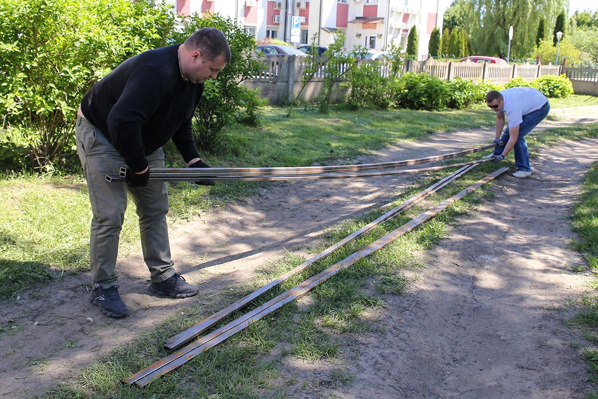 Металлопрофиль для будущих стеллажей. Фото: Евгений ТИХАНОВИЧ