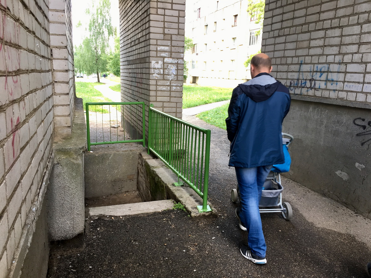 После того, как горожанка Дарья упала в подвальную яму, в арке дома на улице Жукова 16/6 появились металлические ограждения. Фото: Евгений ТИХАНОВИЧ