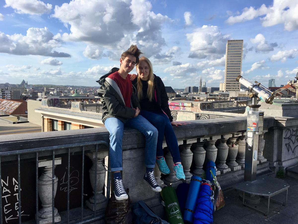 Евгений Тиханович и Екатерина Бубен в Брюсселе на фоне старого города. Фото: личный архив автора.