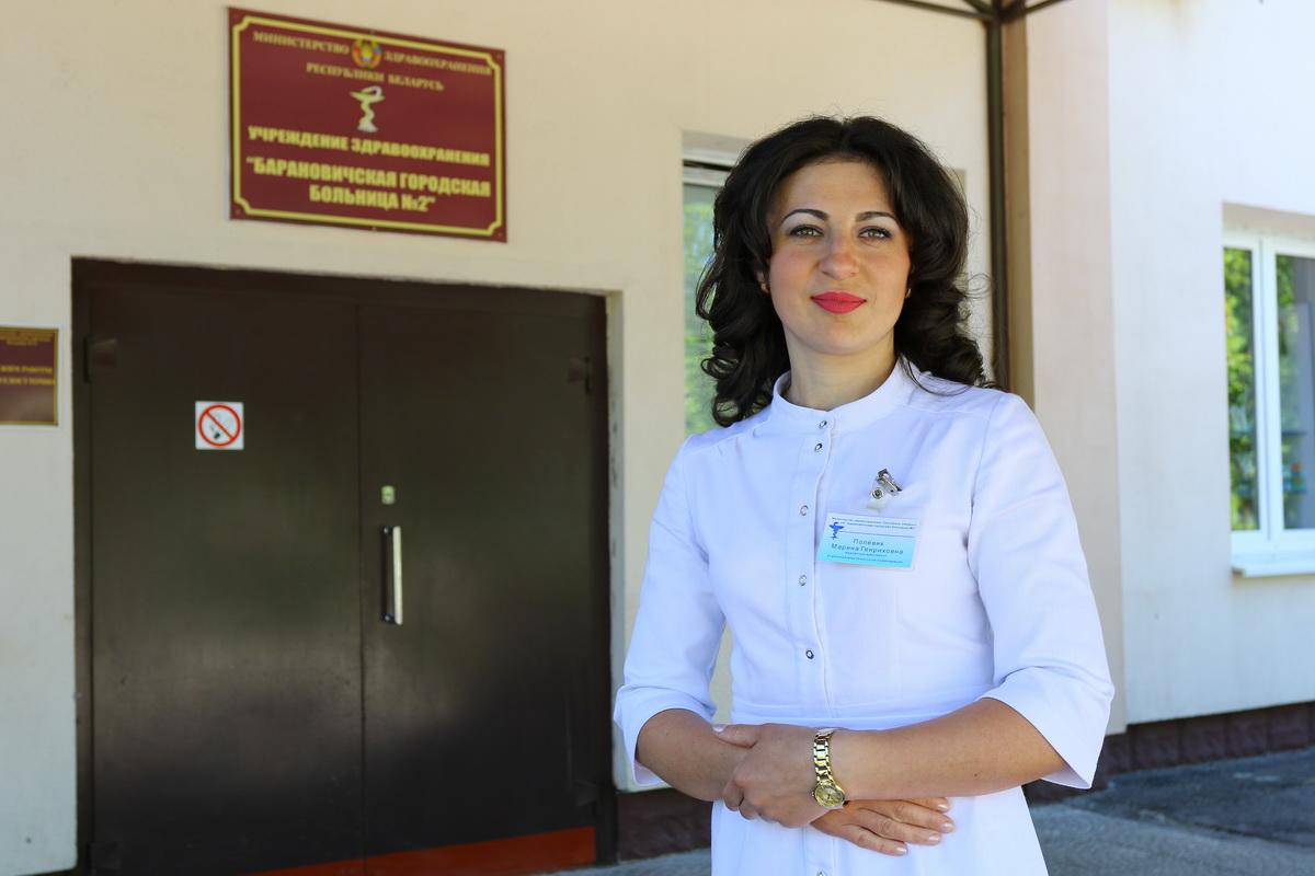 Медсестра Марина Полевик готовит капельницу для пациента. Фото: Александр ЧЕРНЫЙ