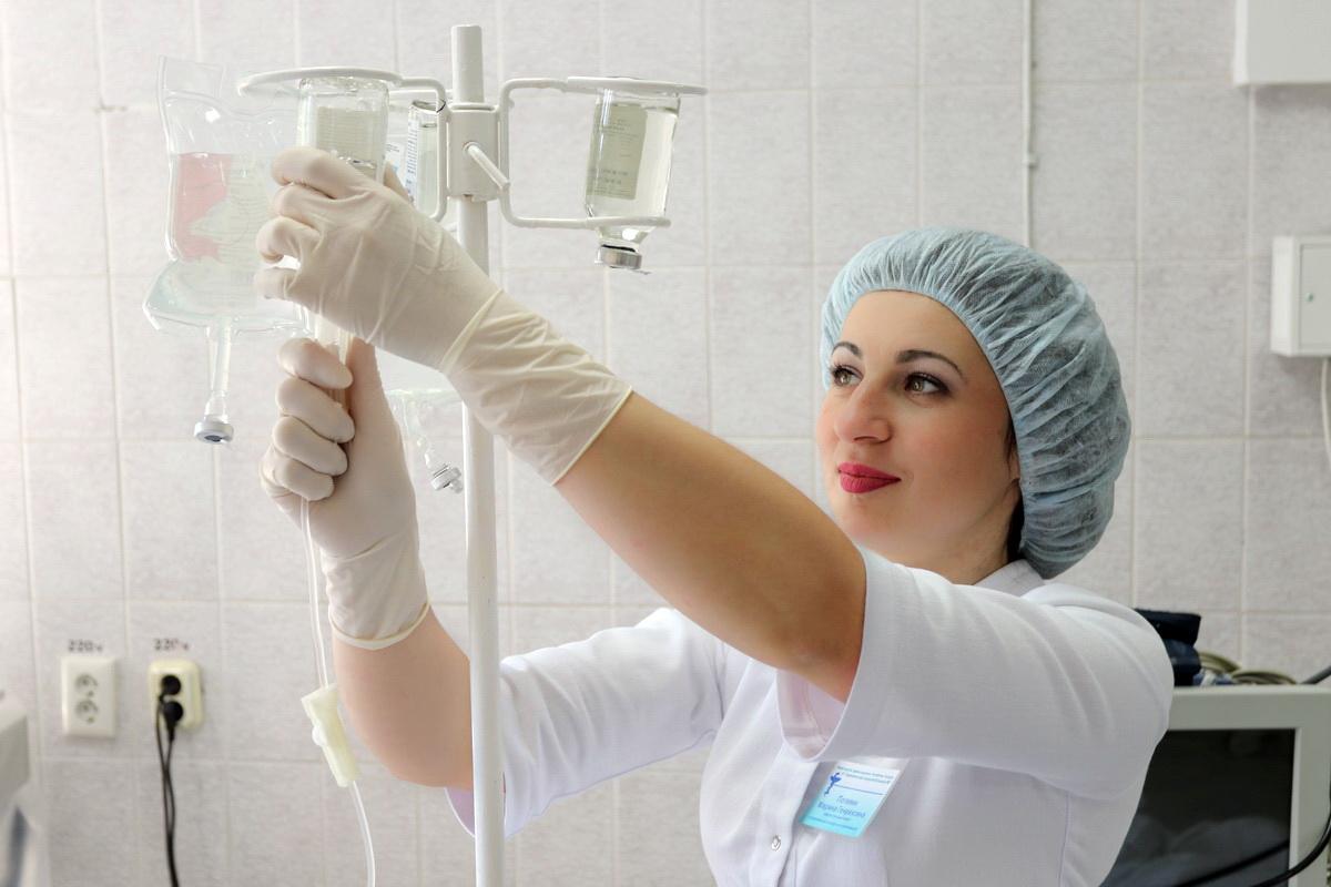 Марина Полевик готовит капельницу для пациента.  Фото: Александр ЧЕРНЫЙ