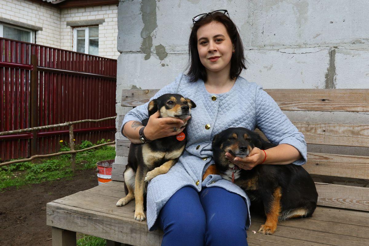 Ксения со своими питомцами Нюшей (слева) и Таксой. Фото: Александр ЧЕРНЫЙ