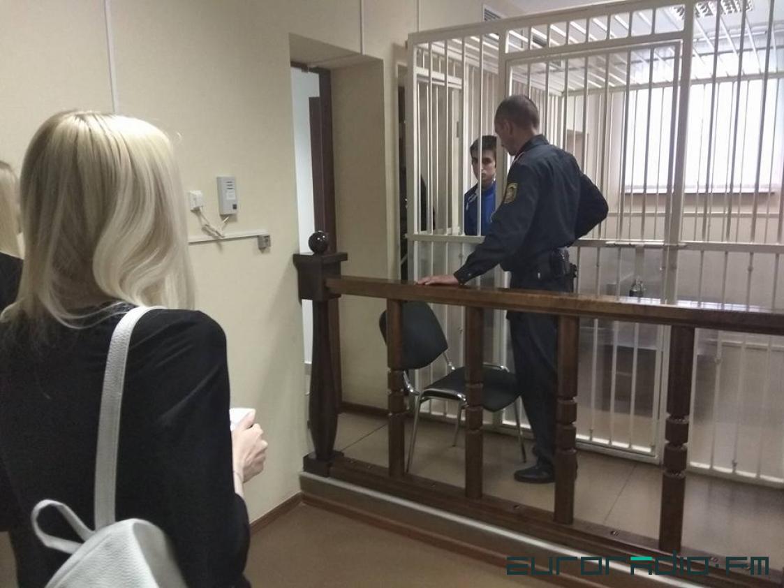 Девушка прощается с Илларионом после суда Фото: Еврорадио