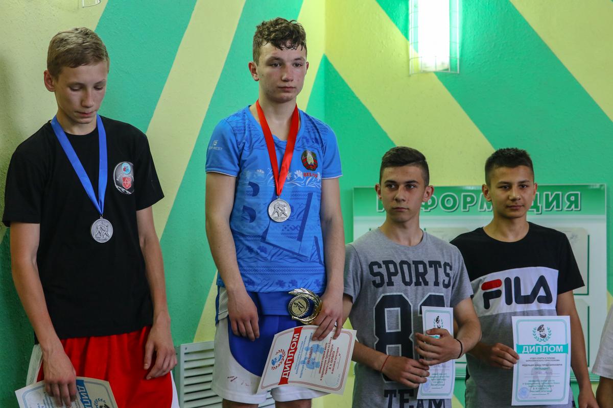 Александр Лаврущик (второй слева) - победитель в весовой категории до 54 кг.