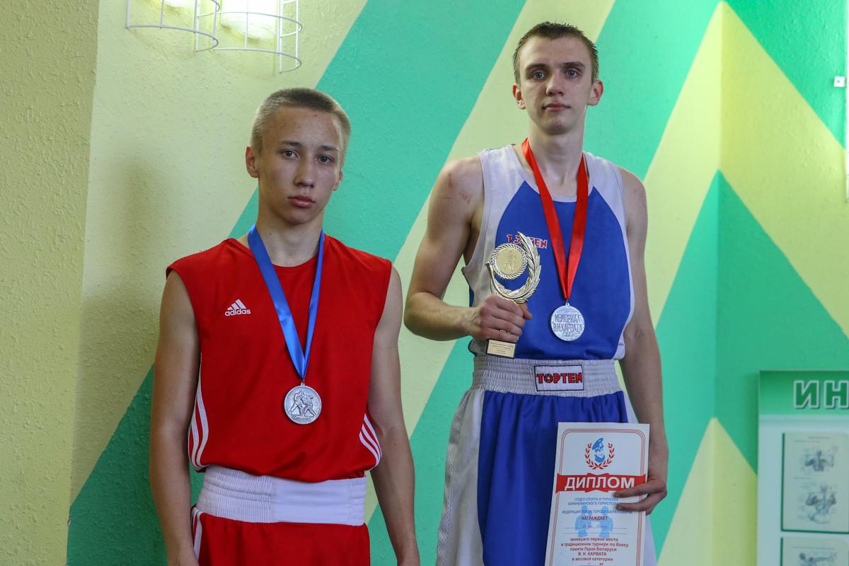 Никита Качура (справа) - победитель в весовой категории до 56 кг.