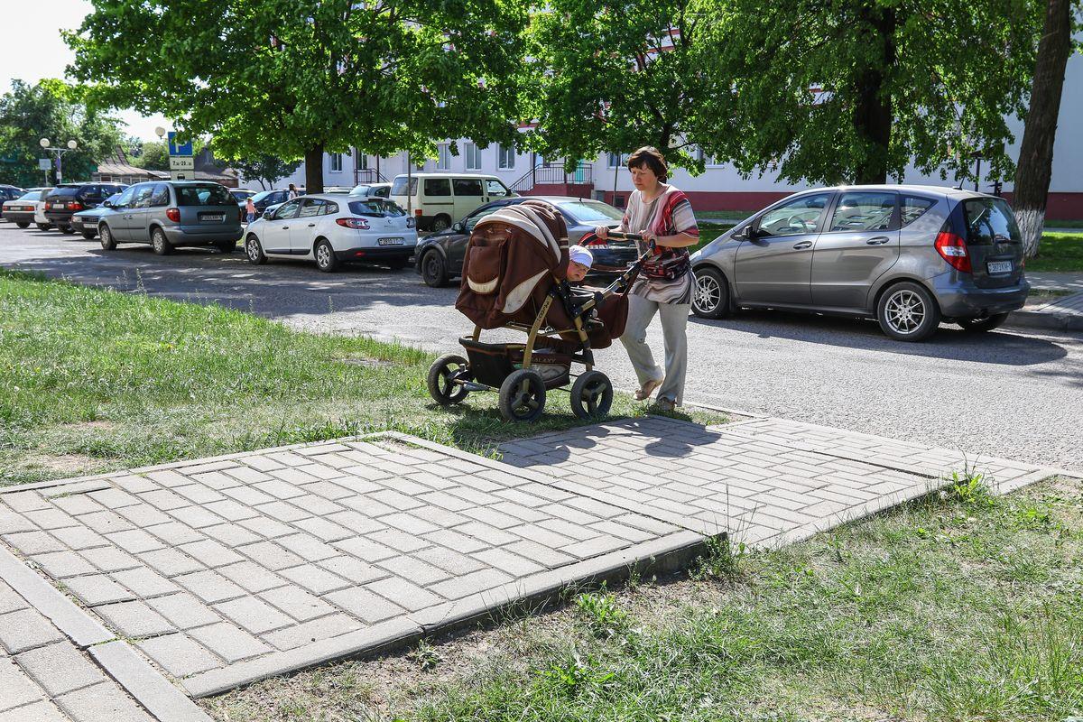 Чтобы дойти до поликлиники, Инге приходится идти с коляской через ступеньки.
