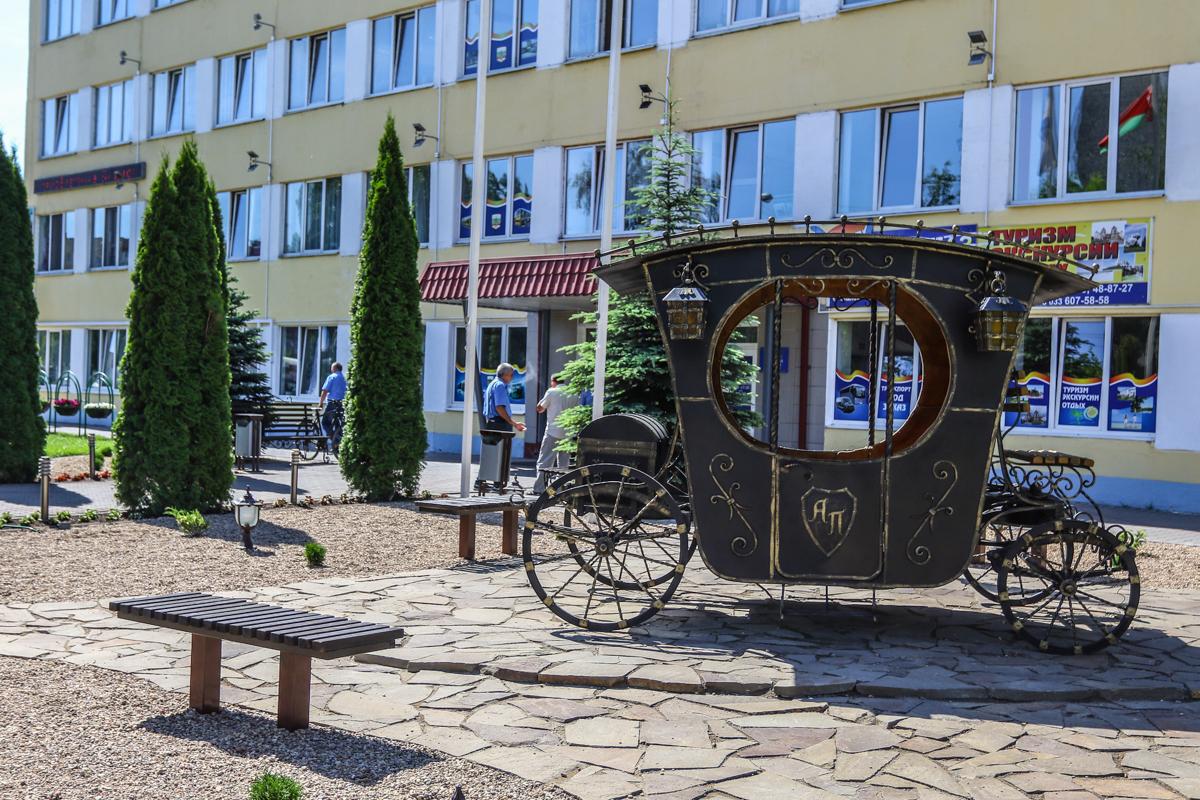 Кованую карету установили рядом с автобусным парком в начале мая. Фото: Александр ЧЕРНЫЙ