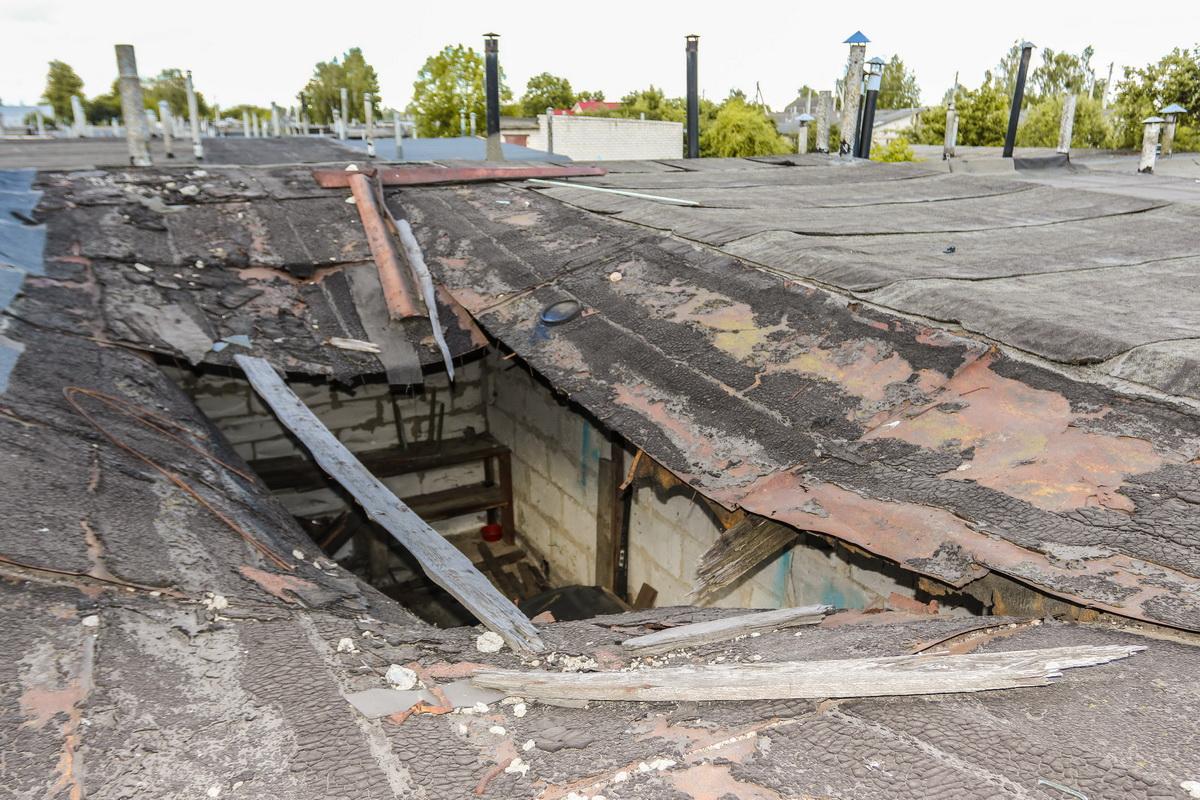 Обвалившаяся крыша гаражного бокса №27 на улице 50 лет ВЛКСМ. Фото: Александр ЧЕРНЫЙ