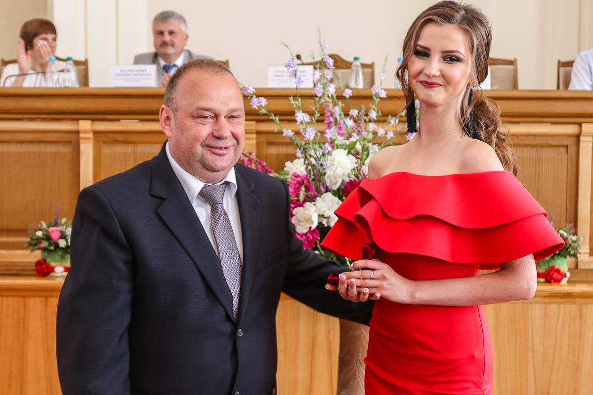 Юрий Громаковский вручает золотую медаль Алине Голубко, выпускнице лицея №1