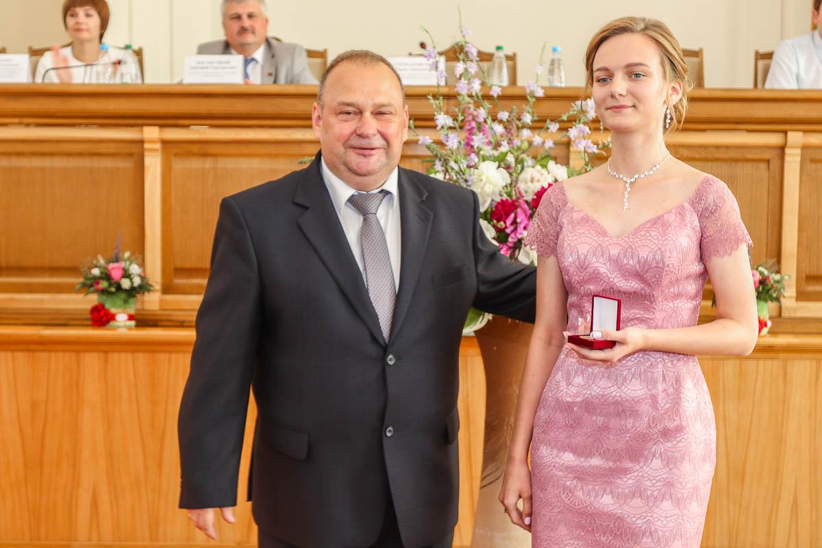 Выпускница СШ №18 Виктория Хованская и председатель Барановичского горисполкома Юрий Громаковский