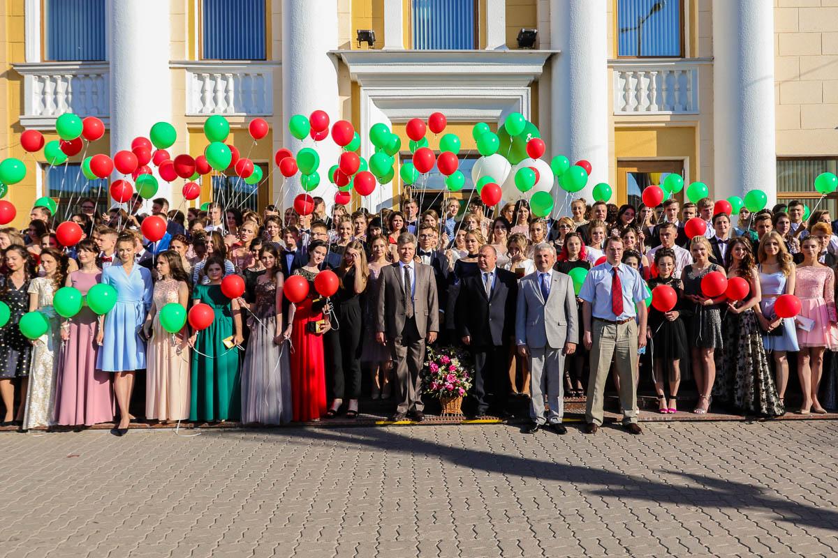 Медалисты 2018 года с представителями городской власти и депутатами