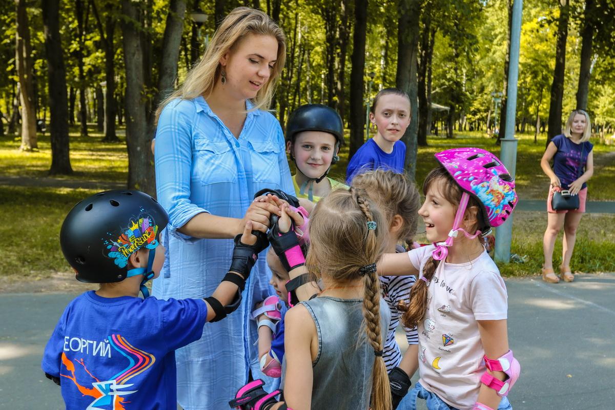 Анна  Давидович со своими воспитанниками.  Фото: Александр ЧЕРНЫЙ