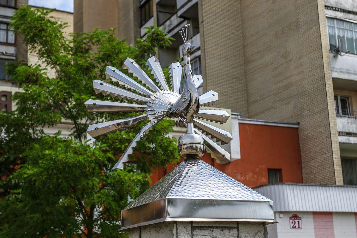 Металлическая птица счастья, установленная на проспекте Советском напротив костела. Фото: Александр ЧЕРНЫЙ