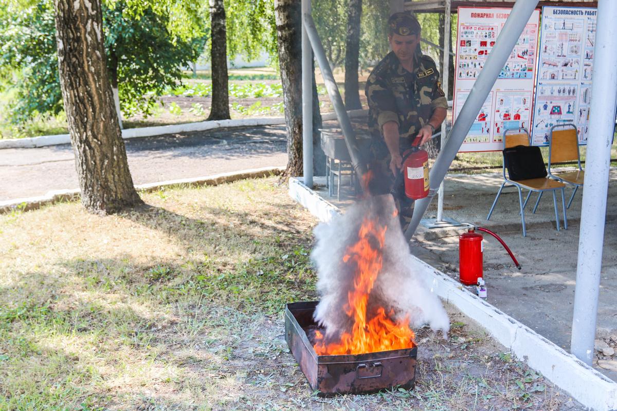 Военнослужащим напомнили, как правильно тушить пожар. Все фото: Александр ЧЕРНЫЙ.