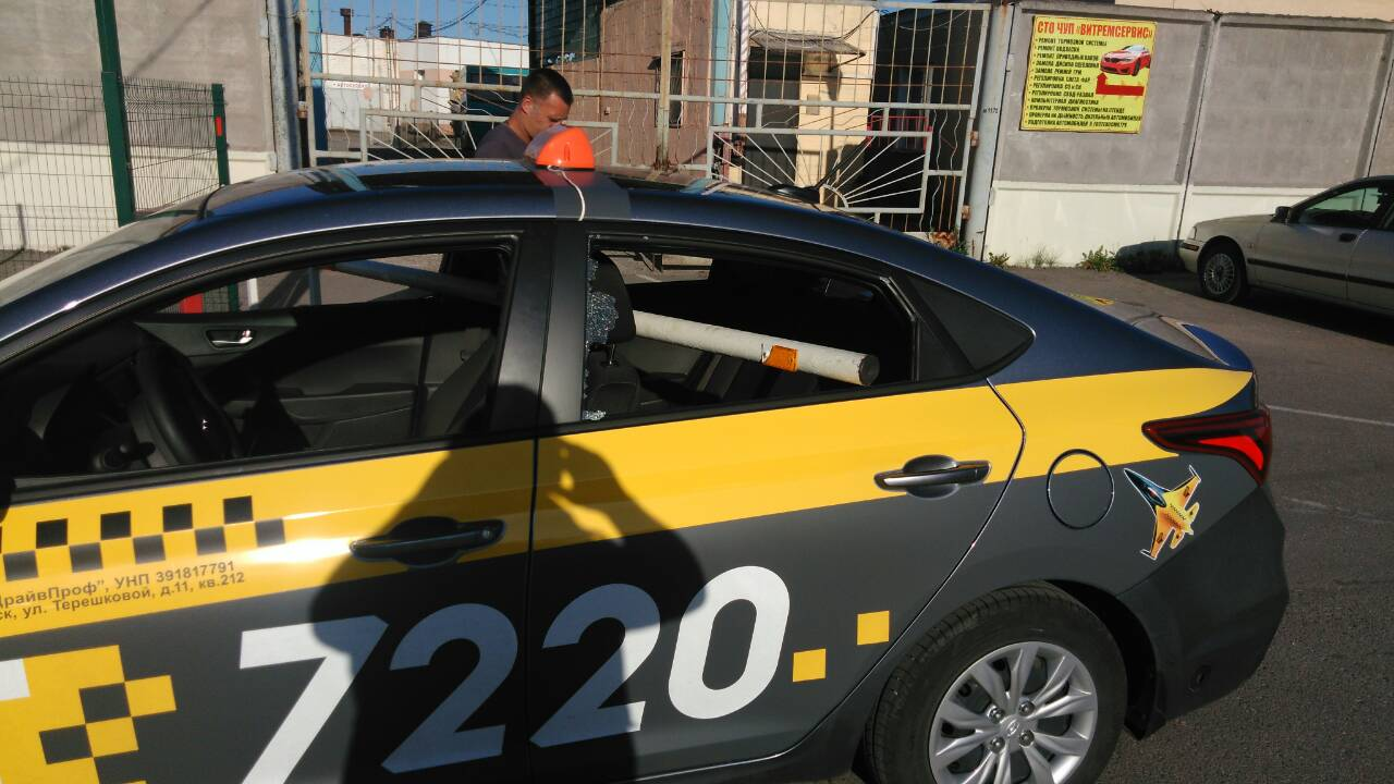 Фотофакт. В Витебске непонятным образом шлагбаум насквозь пробил машину такси — Intex-press. Последние новости города Барановичи, Беларуси и Мира